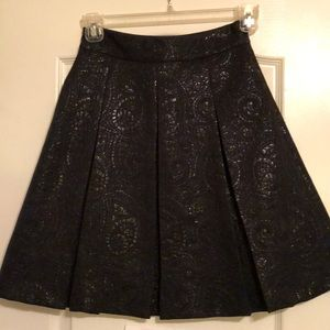 Pleated A-line skirt with shiny pattern